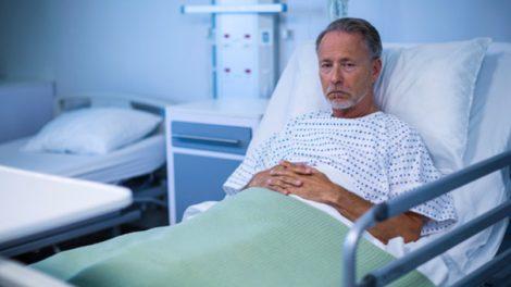 Uomo malato in ospedale.