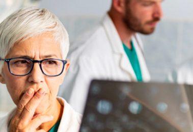 Dottoressa e giovani medici che eseguono una diagnosi medica.